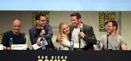 Hugh Jackman encima de Jennifer Lawrence