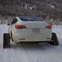 Para qué poner neumáticos de invierno a tu Tesla Model 3 si tienes un par de orugas de nieve a mano