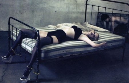Lara Stone en Vogue París con un editorial polémico