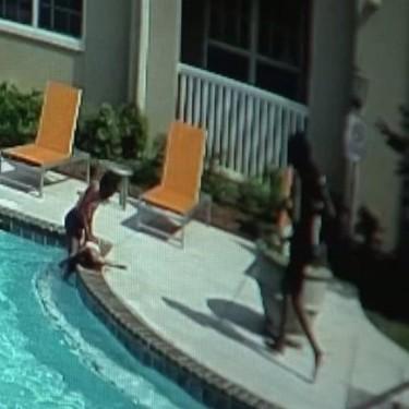 Una niña de diez años salva a su hermana de tres de morir ahogada en una piscina