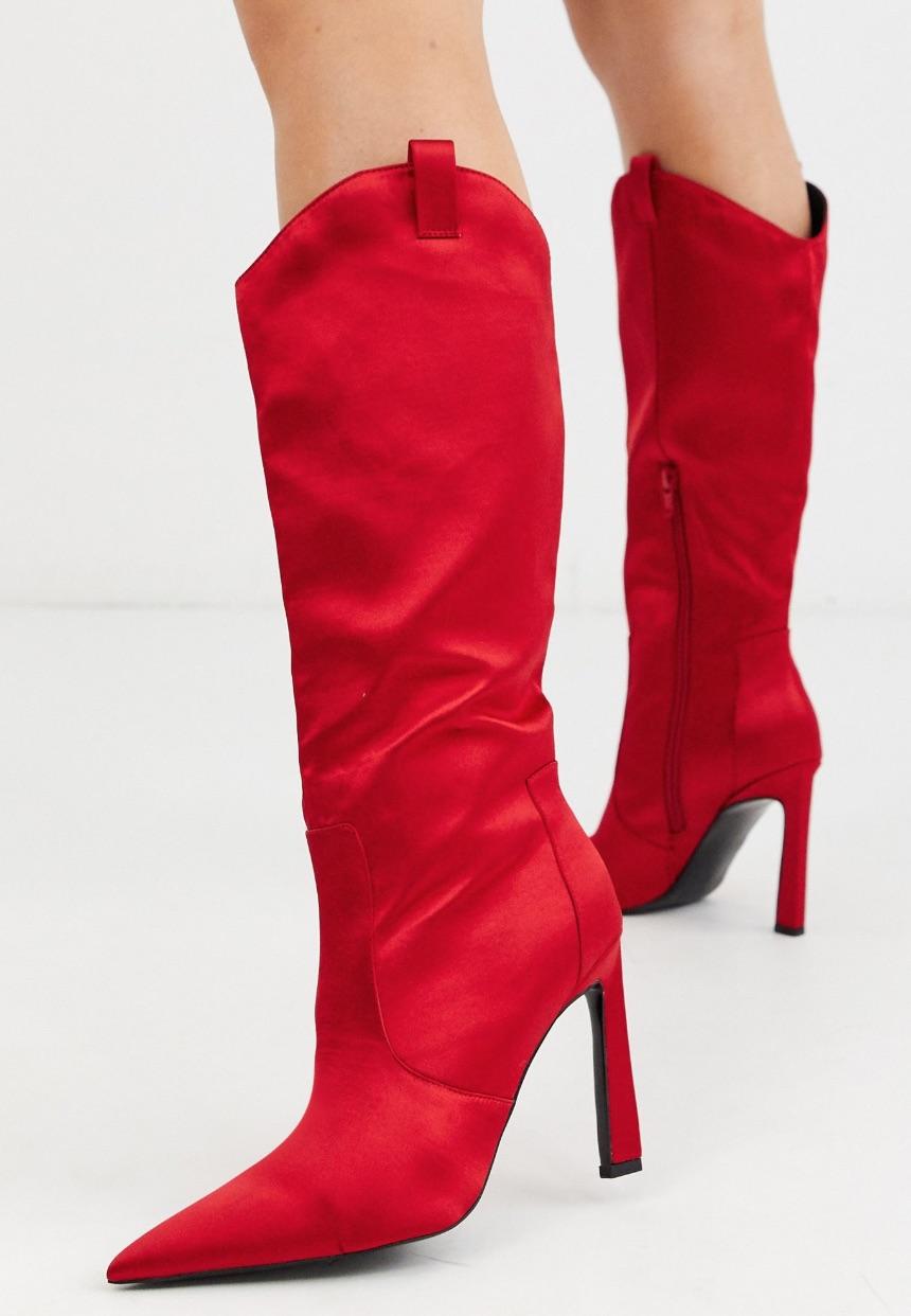 Botas altas estilo western de satén en rojo.