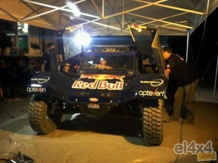 Pillado Carlos Sainz con su nuevo buggy para el Dakar 2014
