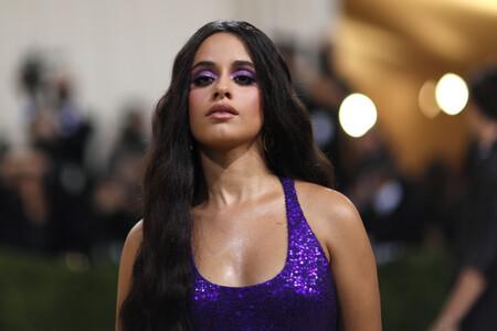 Camila Cabello acierta con su melena XL y sombras intensamente moradas en la Gala MET 2021