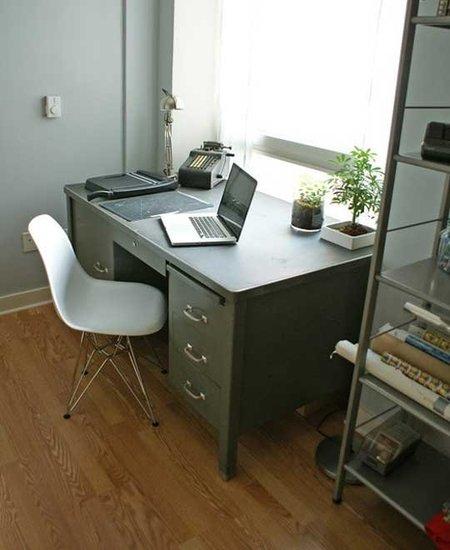 Oficina en el cuarto de invitados con iluminación natural.