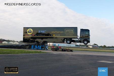 Mira un camión saltando sobre un Fórmula 1 en marcha