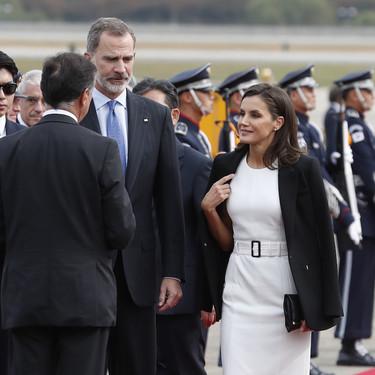 La Reina Letizia después del exitazo en Japón, llega a Corea con un look sobrio combinando los eternos blanco y negro