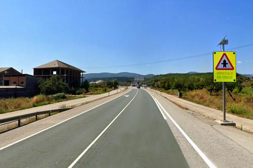 Así funcionan los cruces inteligentes, la apuesta de la DGT para llevar la tecnología a los viejos STOP de la carretera