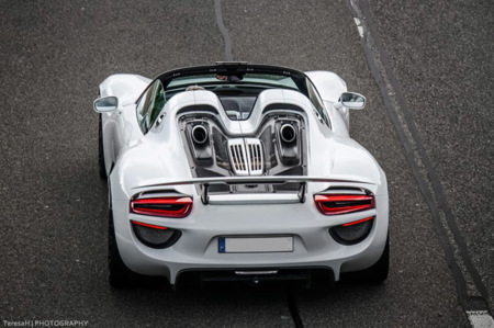 tres porsche 918 spyder y un carrera gt en la autobahn. Black Bedroom Furniture Sets. Home Design Ideas