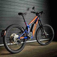 Sí, parece una bicicleta, pero en realidad es una motocicleta eléctrica liviana de 2,5 kW y velocidad máxima de 45 km/h