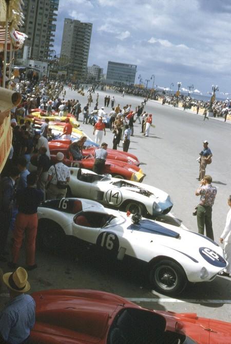 Los coches dispuestos en los boxes del Malecón