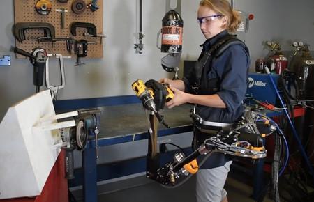 Este brazo robótico te ayuda a agarrar objetos en el trabajo, pero también destroza una pared a puñetazos