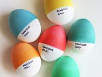 Creativos huevos de Pascua Pantone y CMYK