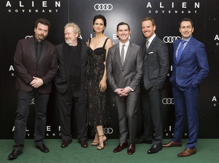 Scott con los protagonistas de Alien: Covenant en la premiere