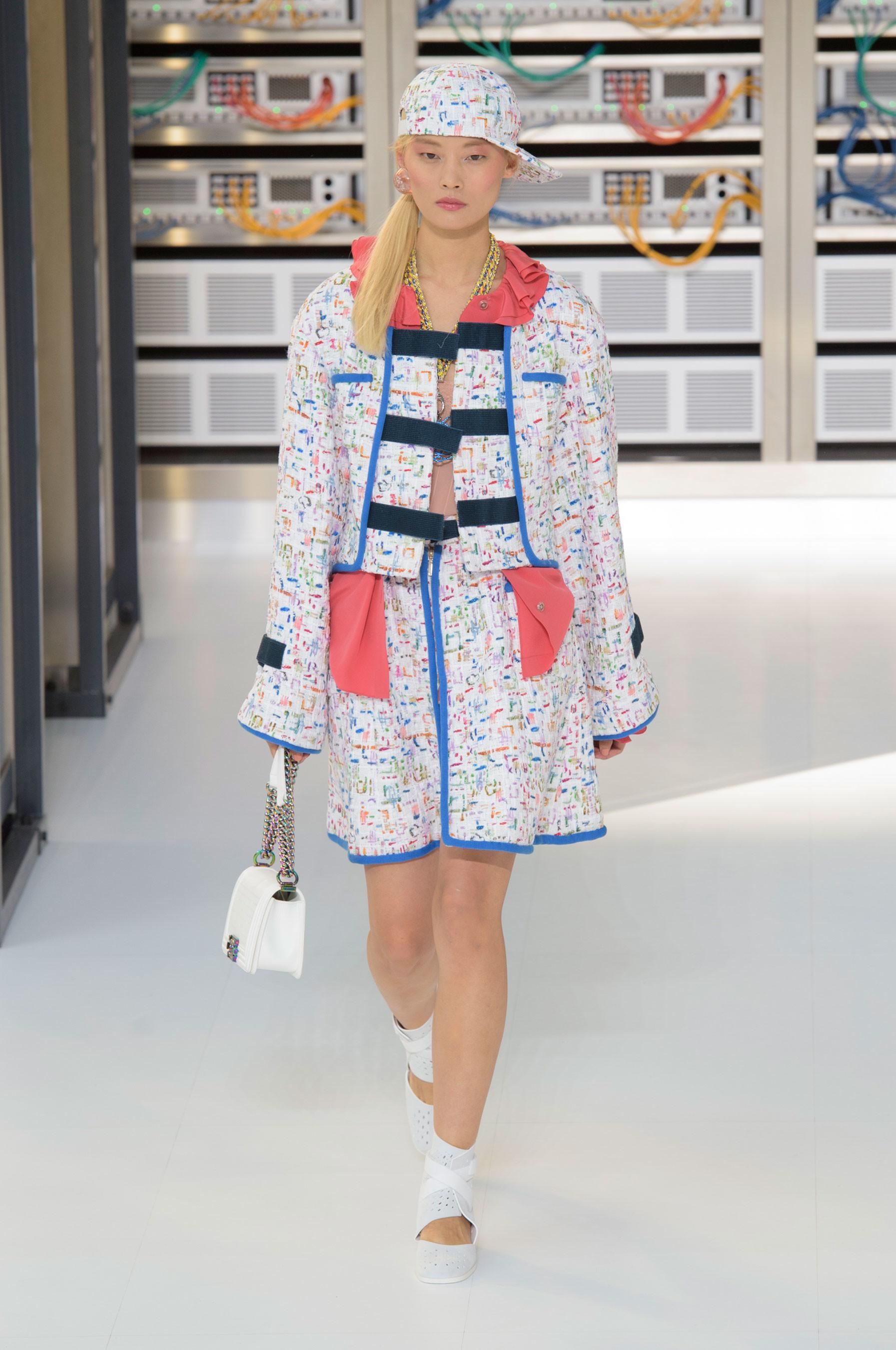 Foto de El regreso al futuro de Chanel en su colección Primavera-Verano 2017 (8/96)