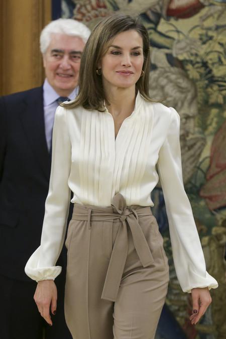 Doña Letizia rescata de su armario este look 'working girl' para terminar la semana de trabajo