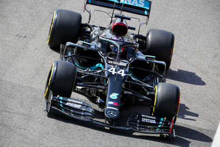 Una oportuna bandera amarilla facilita a Lewis Hamilton hacer su pole número 95 en Mugello