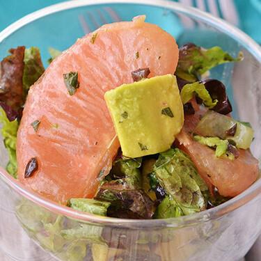 Ensalada de lechuga, aguacate y toronja con vinagreta de menta y aceitunas. Receta fácil y saludable