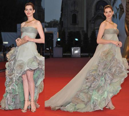 Anne Hathaway de noche sobre la alfombra roja de Venecia