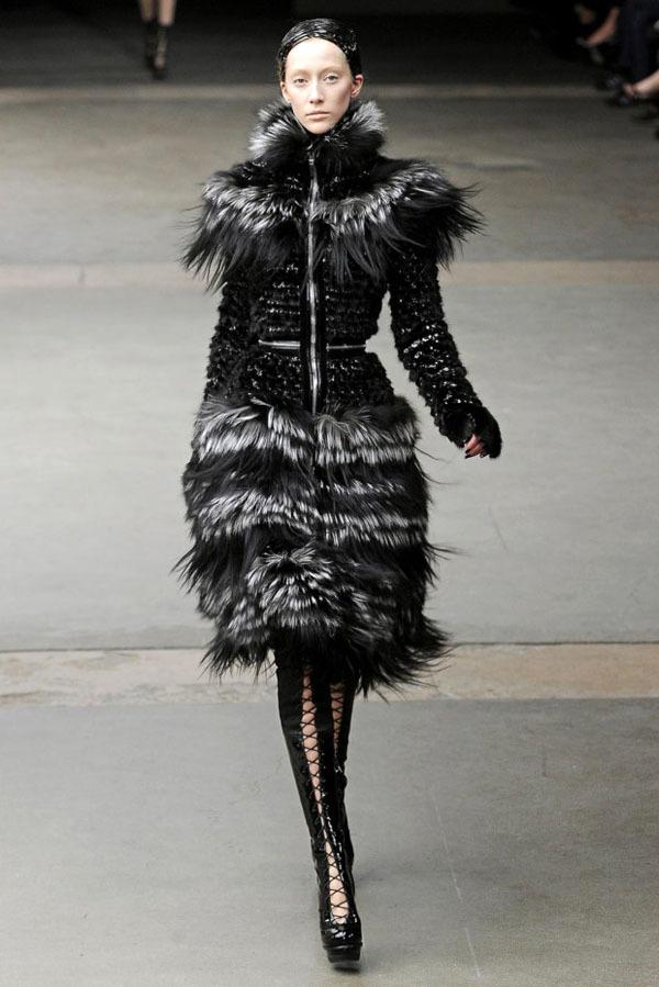 Foto de Alexander McQueen Otoño-Invierno 2011/2012 en la Semana de la Moda de París: Sarah Burton continúa con nota el legado (26/27)