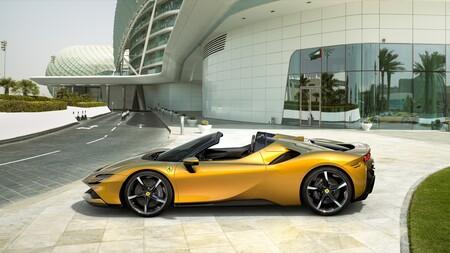 ¡1.000 CV a cielo abierto! Así es el Ferrari SF90 Spider, el híbrido enchufable descapotable capaz de un 0-100 km/h en 2,5 segundos