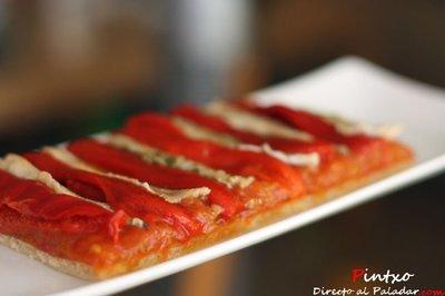 Receta de coca de pimientos rojos, boquerones y compota de tomate