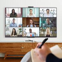 TCL tiene una webcam para realizar videollamadas desde el televisor que además permite taparla para proteger nuestra privacidad