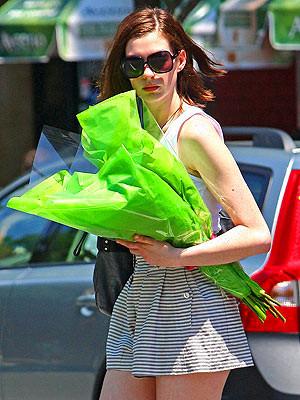 A Anne Hathaway le ha dado por los shorts