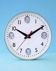 Un reloj con fotografías