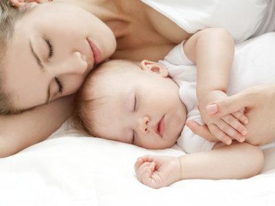 Los bebés de más de 3 meses deberían hacer colecho con los padres como protección ante la muerte súbita