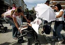 Papás y mamás protestan en Tui con sus carritos de bebés