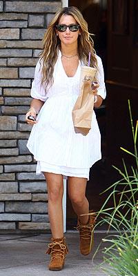 Ashley Tisdale vuelve al look hippie