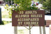 No se permiten adultos si no van acompañados de niños