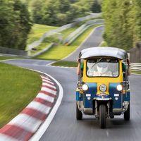 """¡Soporífero! Este tuk-tuk ha dado una vuelta """"de récord"""" a Nürburgring... en más de media hora"""