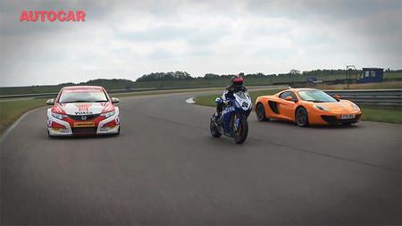 McLaren MP4-12C vs Touring Car vs Honda CBR1000RR, y el curioso paso por curva