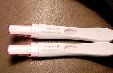 Una estudiante embarazada está vendiendo orina y tests de embarazo positivos para pagar su carrera
