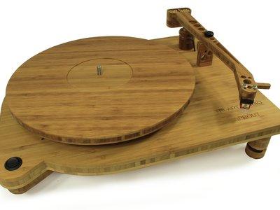 Este giradiscos está fabricado con bambú para ser más respetuoso con el medio ambiente