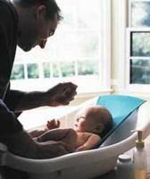 Bañar al bebe, el momento más agradable para los papás