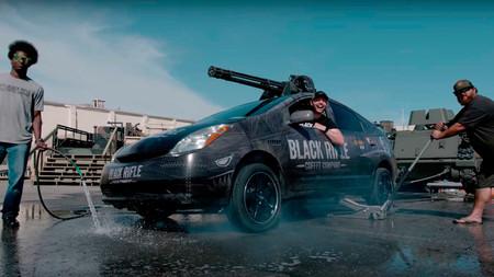 No, no es el Prius de Chuck Norris, pero podría serlo. Sí, lo que sale del techo es un cañón rotativo...
