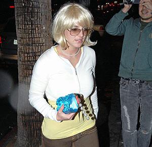 Britney Spears se pone peluca tras raparse al cero