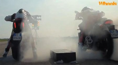Ducati Diavel Vs Yamaha V-Max en 400 metros ¿Quién ganará?