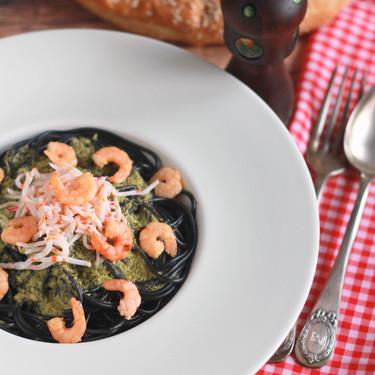 Espaguetis negros con pesto, gambas y surimi, receta fácil lista en menos de 15 minutos