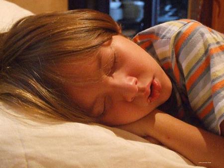 Se aconseja vigilar el sueño de los niños que roncan, especialmente si también tienen apneas