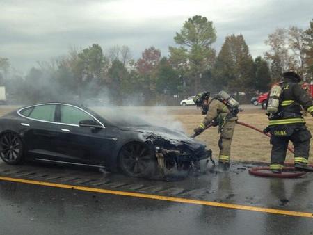 Y ya van tres Model Tesla S que sufren un incendio por...