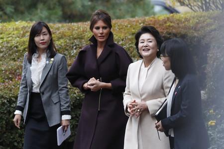 La visita de Melania Trump a Corea del Sur nos deja con dos looks magníficos (uno de ellos de Delpozo)