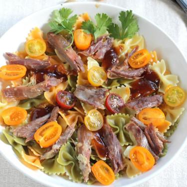 Ensalada de pasta con confit de pato y pistachos, saludable y ligera