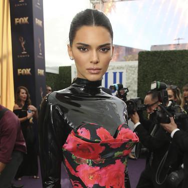Kendall Jenner combina el látex con las flores rojas en un vestido para la historia en los Premios Emmy 2019
