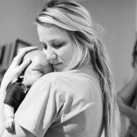 Las emocionantes palabras de la enfermera que abraza a un bebé sin vida