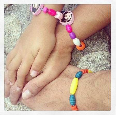 Pero qué mono David Bustamante con las pulseritas de la nena