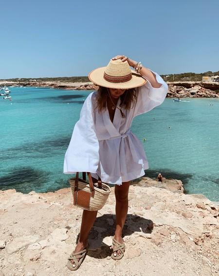 Así puedes lucir un bolso de playa efecto rafia a todas las horas del día