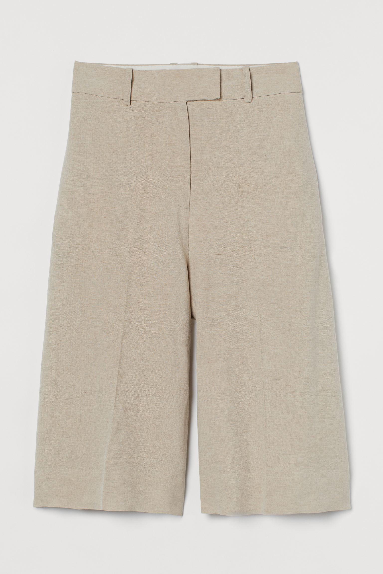 Bermudas de tela. Modelo de talle alto con cierre de corchete y cremallera, bolsillos en las costuras laterales, bolsillos insertados detrás y perneras rectas con raya.